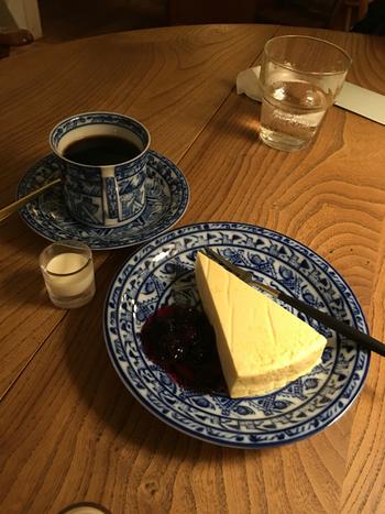 コーヒーはネルドリップで淹れた深いコクが特徴。酸味が少なく、飲みやすいので食後にもぴったり。自家製ケーキも甘さ控えめでシンプルな味が人気です。オーナーが選んでくれるお皿やカップは、グループで注文すると一つずつ違うんだとか。