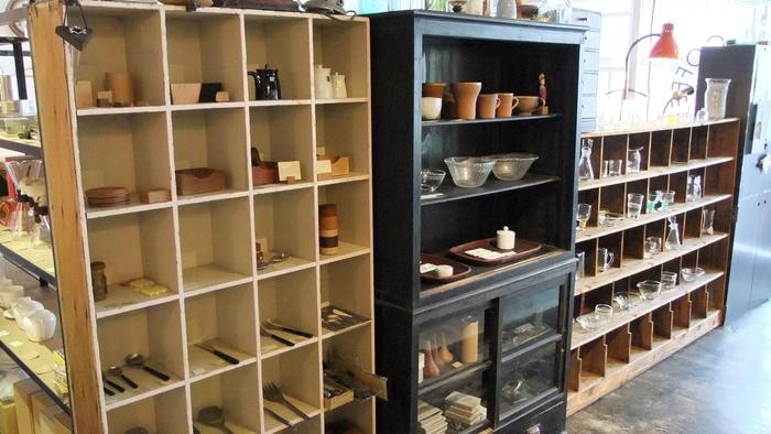 グラスや器などの販売も行っています。つい手に取ってみたくなる温もりのあるアイテムが多いので、お気に入りを見つけてみては?
