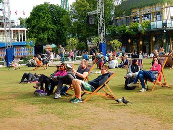 特に、デンマークは北欧の中でも陽気な方が多いと言われています。 『幸福度世界一』などと耳にすることもあり、友好的なデンマーク人の国民性は、留学先として安心できる要素のひとつとなっています。