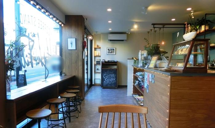 オーナーは塩尻出身の高木さん。関東の珈琲店で修業後、2016年夏に店を開きました。 ストレートコーヒー(国を指定した)とともにシングルオリジン(国だけでなく、農園、生産方法や栽培品種まで追跡できる)のコーヒーを提供しています。