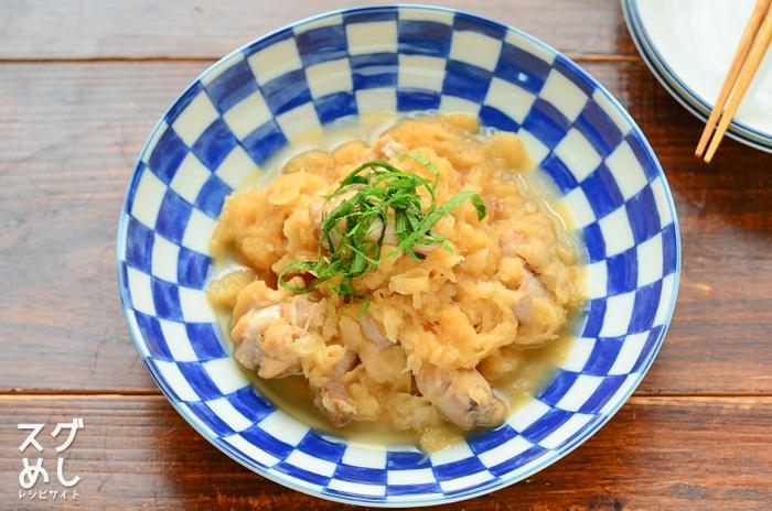 鶏肉と大根の煮物はよくあるレシピですが、大根をおろして食感が変わることでうんと優しいおかずになります。しかもフライパンひとつでできる気軽さもうれしいところ。