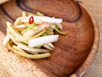 捨ててしまう大根の皮はきんぴらによく変身しますが、漬物だともっと簡単です。鍋料理で中途半端に残ってしまいがちなポン酢、めんつゆやゆずなどの有効利用としてもおすすめです。