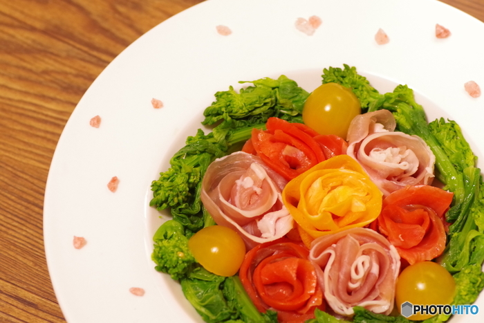 生ハム・スモークサーモン・薄焼き卵でピンク・オレンジ・黄色のバラを。 色鮮やかなローズサラダのできあがりです。