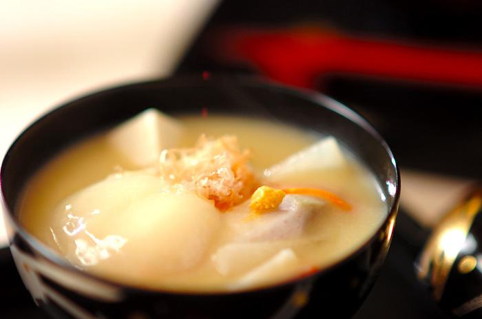 京都は、少し甘めの白味噌を使ったお雑煮で、丸餅を焼かずに使います。また、縁起物の海老芋や金時人参、うぐいす菜など京都らしい野菜を具材として入れます。