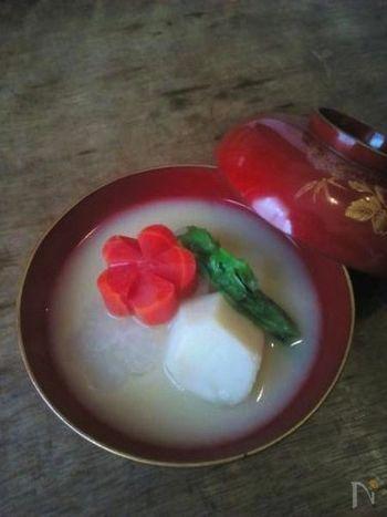 大阪のお雑煮は、一般的には白味噌仕立て。昆布と鰹節でとった出汁に白味噌を合わせます、ただ、大阪の商人の家庭では、元旦には白味噌仕立てのお雑煮を食べ、2日にはすまし汁のお雑煮をいただくのだとか。お餅は丸餅で、焼きません。