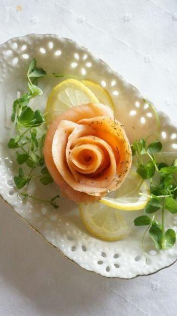 「⽣ハム」を「サーモン」に変えても、同じ要領でお花が作れ ます。 素材を変えるだけで、サラダのバリエーションも増えますね♪