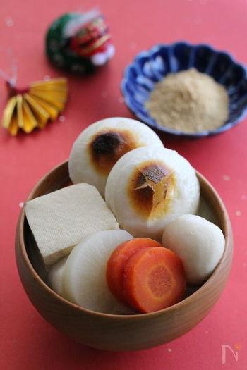 奈良県のお雑煮は、とてもユニーク。味噌ベースの汁に、焼いた丸餅、丸い野菜、大きなままの豆腐などが入ります。野菜を丸くしたり、豆腐を切らないのは、角が立たないようにという意味。椀から取り出したお餅を、別添えのきな粉につけて食べるそうです。三重でも、奈良に近い名張などでは同じように餅をきな粉につけて食べるとか。