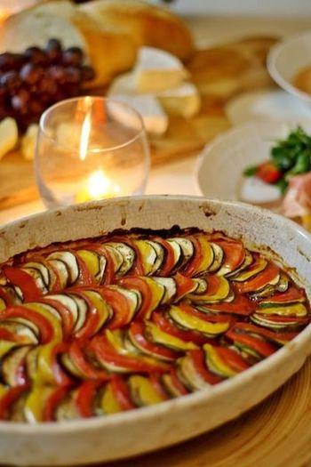 「レミーとおいしいレストラン」に出てくる、オシャレなラタトゥイユのレシピです。薄く切ったなすやパプリカ、トマトを並べて盛り付けて焼いた美しい一皿は、パーティーやおもてなしにぴったり!