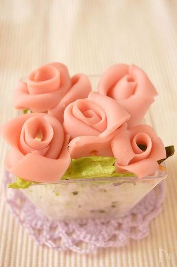 魚肉ソーセージのお花を乗せれば、ただの白いご飯もケーキに早代わり。 子供も喜んでくれそうです。