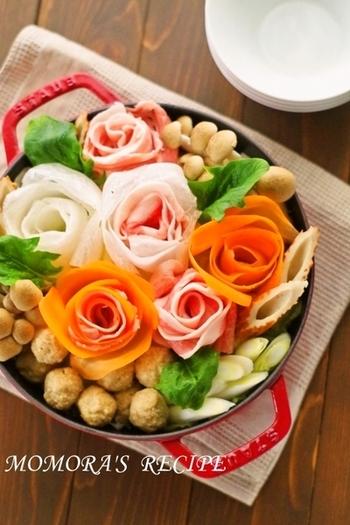 とっても華やかなバラ鍋! ロース肉やばら肉がにんじん・大根と一緒に巻かれています。 食卓を囲みながらみんなで盛り上がれそうですね。