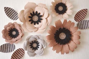 お部屋を秋冬色に染めたいときにおすすめです。壁に貼られた大きな花に目が惹きつけられますね。