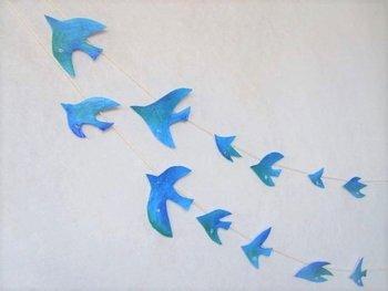 とても爽やかな印象の青い鳥のガーランド。たくさんの鳥が軽やかに飛ぶ姿は海を思い起こさせるようです。
