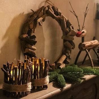 いろんな大きさ、形の枝を貼り合わせることで作るクリスマスグッズです。 作り方は簡単ですが、シンプルで素敵なデザインですね。