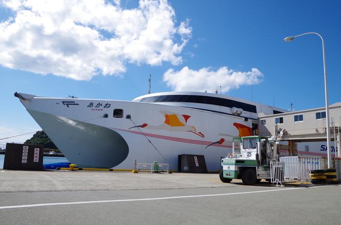 東京駅から北陸新幹線や在来線、バスなどを乗り継ぎ直江津港に出て、そこから佐渡島の小木港まで高速カーフェリーで約1時間40分。