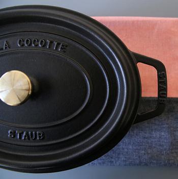 お料理好きの間で、使うだけでお料理がおいしくなると人気の「ストウブ(staub)」。フランスのアルザス地方でひとつひとつ手作りで作られた、鋳物ホーローのお鍋です。もともとはプロ向けに開発され、世界中のレストランで使用されてきました。