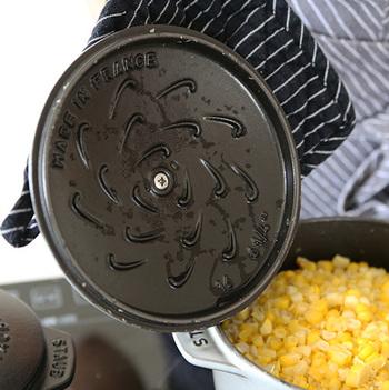 おいしさの秘密は「ピコ」と呼ばれる蓋裏の突起。調理中に食材のうまみが凝縮した蒸気が、ピコを伝って再び食材にまんべんなく降り注ぎます。食材本来のうまみを逃さず、自然な甘みや美味しさとともに豊かな香りと風味を与えてくれます。 水分はもちろん調味料や油脂類を少なくしても、食材の力で十分美味しく仕上がります。