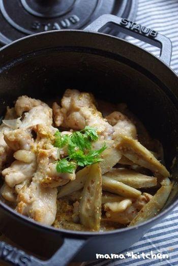 骨付きチキン、ごぼう、玉ねぎ、にんじんに、粒マスタードの風味、にんにく、ローリエの香り豊かなコクのある一品です。あっという間に出来るのに、お肉や野菜がほろほろやわらかです。