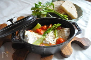 カマンベールチーズに、オリーブ、ブラックペッパーの香りが広がるチーズフォンデュ。アスパラとトマトも彩り鮮やかで美味しそうです。パンにのせたり、野菜ディップとしていただけます。