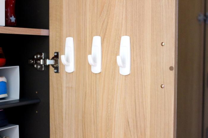 玄関先には靴磨き・靴べら・傘といった収納に困るアイテムがけっこうありますよね。靴箱の扉の裏側に余裕があるならこんな使い方もおすすめです。両面テープのフックをひっかけてきれいに整頓してみましょう。