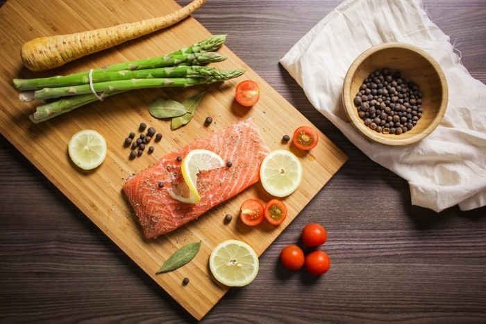 Photo on [VisualHunt](https://visualhunt.com/re4/69b4ce38)  魚の下ごしらえの基本は、最初に塩を振って余計な水分をだすことです。余計な水分をだすことによって独自の臭みがなくなります。冷凍する場合も、この作業をしてから、さらに塩を振って冷凍もしくは冷蔵するとしっかり美味しく保存できますよ。