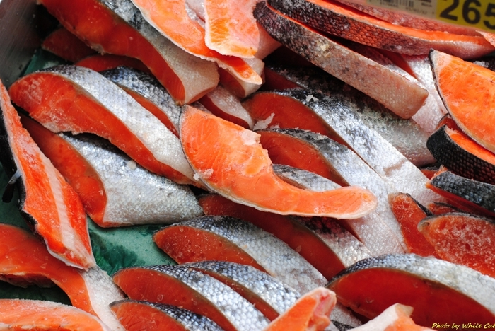 魚介類を冷凍するときは、切り身は塩を振って劣化を防いで急速に冷凍し、解凍する時はゆっくりと解凍するのがポイントです。解凍した時に出た水分もキッチンペーパーなどでふきとるようにします。また、鮭の切り身などの塩抜きをしたい場合は、真水に着けず、少し薄めの食塩水に3時間弱程度つけこみます。真水の場合は旨みも流れでてしまうので要注意!