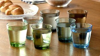 """ゲストをお招きする時に、最初に用意しておきたいのが""""人数分揃ったグラス""""。シンプルなiittala(イッタラ)のKartio(カルティオ)タンブラーは、色違いを並べてもステキ。"""