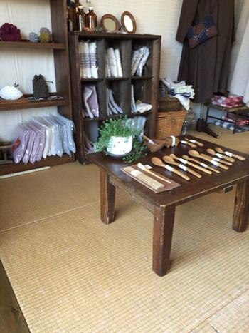 小上がりに置かれた雑貨は購入可能。お店の雰囲気をおうちでも楽しめるナチュラルなアイテムがそろっていますよ。