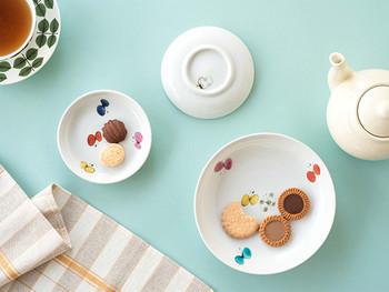 思わず笑顔になる、ちょうちょ柄の小皿は九谷青窯(くたにせいよう)の米満麻子(よねみつあさこ)さんデザインのもの。楽しいおしゃべりにつられて、カラフルなちょうちょが遊びに来たみたい。