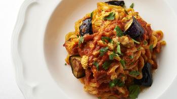 日本でもお馴染みのトマトやオリーブオイルの料理は、実はイタリア南部地域の料理なのです。南部の暖かい乾いた地にはオリーブが実り、季節ごとの野菜が採れ、三方の海からは新鮮な魚介がたくさん手に入ります。