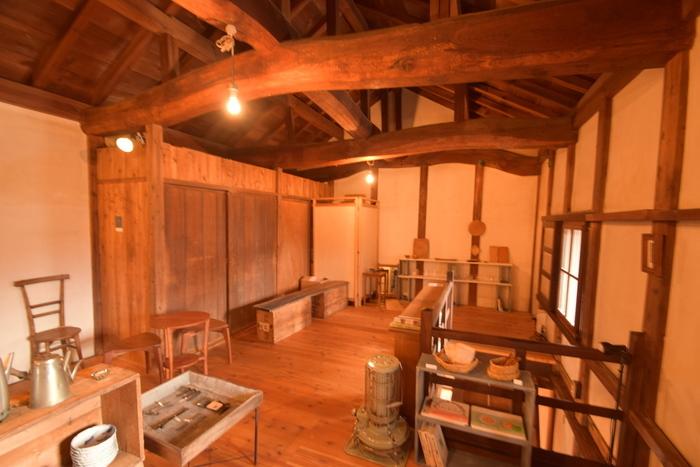 2階席は、天井の大きな梁がそのまま残されています。木の香りや温もりを感じながら、時間をかけてゆっくりとお食事をいただきたいお店です。