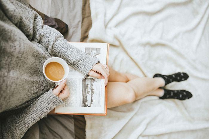 たくさん時間がある雨の休日だから、読もうと思ってそのままにしていた本を読みましょう。小説やミステリー、写真集など自分の好きな物を選んだら、じっくりと読書します。傍らにおいしいコーヒーやお菓子があるとブックカフェのような気分ですね。