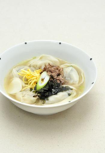 """韓国でお正月に食べるお雑煮。正式には、トックだけを入れる「トックク」ですが、地域によっては韓国の餃子""""マンドゥ""""を入れるそうです。お正月にトッククとともに""""年を食べる(とる)""""という意味があるとか。"""