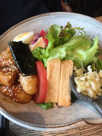 地元の採れたて野菜を使ったおいしいランチや、国内産の小麦粉・洗双糖・彩たまご・北海道バターや季節の果物を使ったスイーツ、からだに優しいフードでもてなしてくれます。