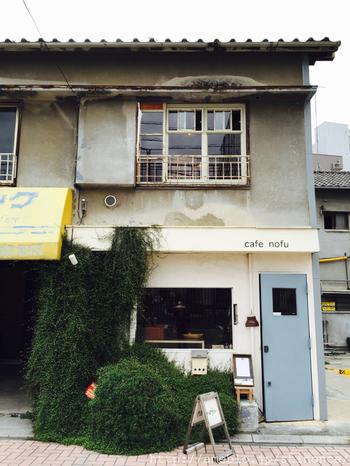 小さな2階建のお店です。1階に雑貨があり、1階でカフェの注文をして2階のカフェスペースに上ります。