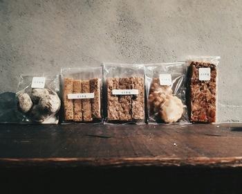 """国産小麦や地卵など、素材にこだわって作られた焼き菓子はテイクアウトでも楽しめます。ほうじ茶あんこボールといった""""和""""のテイストの焼き菓子も美味しいですよ。"""