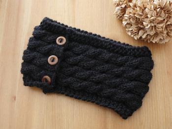 マフラーよりも手軽に作れるネックウォーマー。これからの季節は必需品ですね。シンプルな編み方なので比較的短時間でも作れますよ。