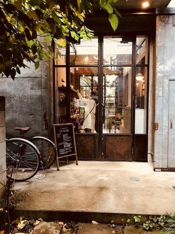 2016年7月にオープンした「cinq cafe」は、北浦和駅から徒歩7分。大宮にある「quatre Cafe」の姉妹店です。アイアンのドアが、クラシカルでお洒落ですね。 高い天井の空間が居心地よく、中庭を眺めながらくつろげます。