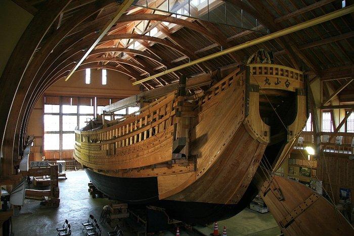 隣接の千石船展示館には、安政5年(1858年)に、宿根木で建造された「幸栄丸」という千石船の板図をもとに復元した、実物大の千石船「白山丸」が展示されています。