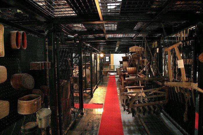 広々とした館内には、主に民俗資料が展示されており、その数は30,000点余りあり、そのうちの南佐渡漁撈用具の1,293点と船大工道具の1,034点は、国の重要有形民俗資料に指定されています。