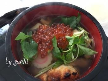 いくらなど海の幸がたっぷり入った北海道らしいお雑煮。とくに道南のお雑煮は、いくらのほか、鮭やじゃがいもなどもふんだんに使った石狩鍋風のお雑煮だそうですよ。