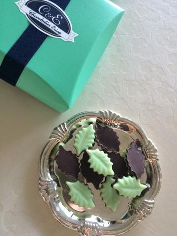 エリカのチョコレートといえば、こちらの「ミント」。愛らしいリーフ型で、ミントの香りと芳醇なスイートチョコレートの相性が抜群の一品。チョコミント好きはもちろん、誰からも愛される爽やかなチョコレートです。