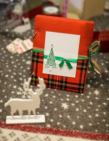 ゴールド、レッド、グリーンの定番クリスマスカラーに、大人も子どももキュンとするタータンチェックを組み合わせたラッピングアイデア。