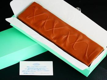 1982年に創業したチョコレート専門店「ショコラティエ・エリカ」。良質なカカオ豆を使い、風味豊かで口溶けがいいのが特長。温湿度管理を徹底しているので8月は1ヶ月休業するというこだわりぶり。  ここの人気商品のひとつが、ミルクチョコレートの中にマシュマロと胡桃がたっぷり入った「マ・ボンヌ」。形や大きさの異なるミニ、バー、ブロックの3種類があります。