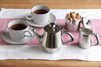 仔犬印(こいぬじるし)の「エルム ティーポット」は、おうちカフェが特別になるアイテム。  錆びにくく、耐久性がある18-8ステンレスを使用しています。持ち手には黒い樹脂が貼られているので安心。クリームポットとシュガーポットも一緒に揃えておきたくなりますね。