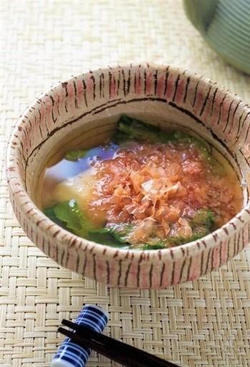 愛知県のお雑煮は、お餅と小松菜(もち菜)だけの超シンプルなもの。シンプルだからこそ、香り高くて澄んだ一番出汁にこだわります。