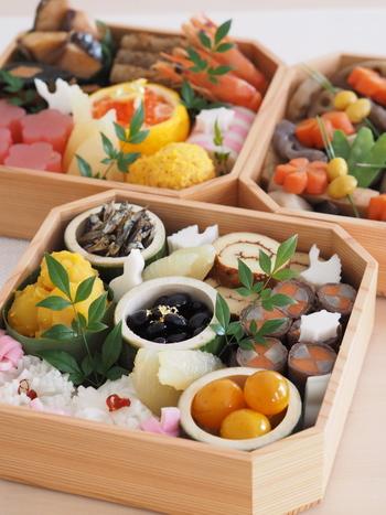 """日本の伝統的な食文化として、古くから受け継がれている『おせち料理』。 毎年手作りしている方やお取り寄せしている方など、ご家庭によっておせち料理のスタイルは様々ですよね? おせちの中身も地域ごとに特色があり、最近では現代風にアレンジした""""洋風おせち""""も主流になりつつあります。 食文化の多様性や現代人のニーズに応じて、定番のおせち料理も年々変化しているようです。"""