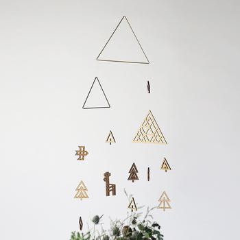 鹿、鳥、木々、山...クリスマスを彷彿とさせるモチーフが可愛らしい真鍮と木製の森のモビール。 ちょっとしたツリー代わりにもなってくれそう♪