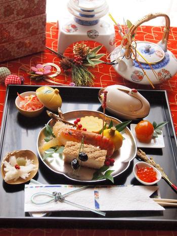 お祝いの席にふさわしい品格と華やかさを感じる、とっても素敵なテーブルコーディネートです。茶懐石料理に使われる「折敷(おしき)」や、浅い縁の付いた「お盆」に盛り付けるとワンランク上の上品な雰囲気を演出できます。お正月らしい和食器の組合せ方や、バランスの良い配置もさっそく真似したくなりますね。