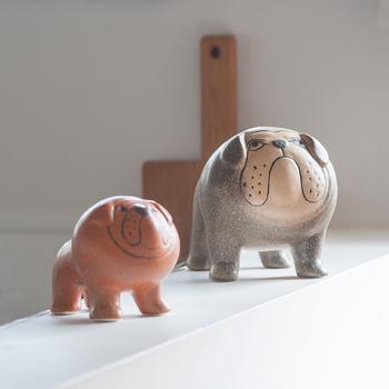 スウェーデンを代表する陶芸家、リサ・ラーソンさんによる陶器のオブジェ。陶器ならではの温かみのある動物たちは、ちょっととぼけた顔立ちが愛嬌があり、存在感たっぷり。
