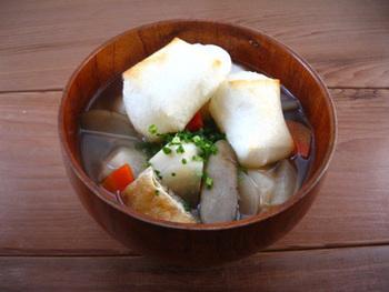里芋、ごぼう、れんこん、人参、大根など冬においしい根菜類をふんだんに使い、けんちん汁のように仕上げた新潟県のお雑煮。野菜のうまみたっぷりで、とてもヘルシーなお雑煮です。焼き餅を使うようですね。